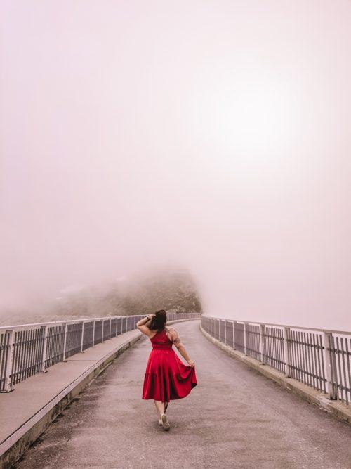 Staumauer Stausee Lac de Moiry Val d'Anniviers bei Nebel